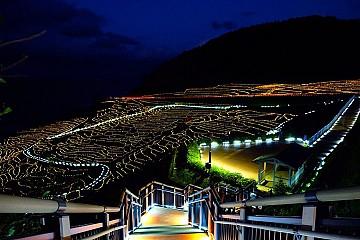 Độc đáo ruộng bậc thang phát sáng bên bờ biển tại Nhật