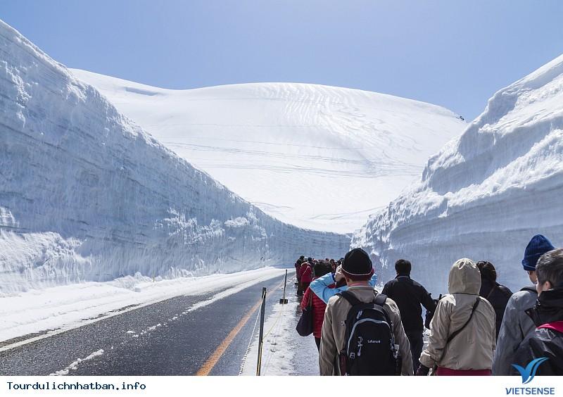 Tận hưởng con đường tuyết trắng giữa mùa hè ở Nhật Bản - Ảnh 2