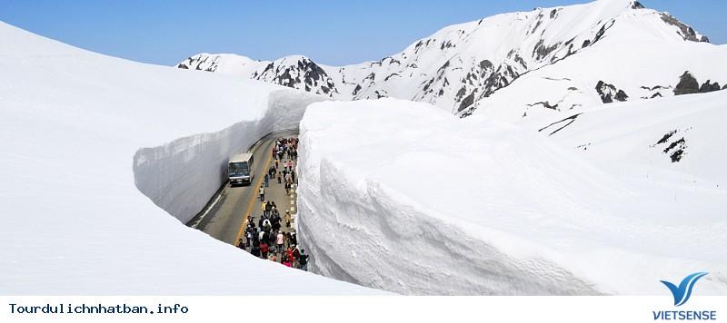 Tận hưởng con đường tuyết trắng giữa mùa hè ở Nhật Bản - Ảnh 1